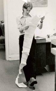 1975: c'était un communiqué d'un gars de Sainte-Sophie qui, pour faire le drôle ou se faire remarquer, avait collé toutes ses feuilles une après l'autre… Pas la meilleure façon d'impressionner un journaliste…