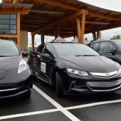 Photo : Félix Larose-Tarabulsy; Trois véhicules que pouvaient essayer les visiteurs. La Leaf de Nissan, La Volt de Chevrolet et la BMW i8.