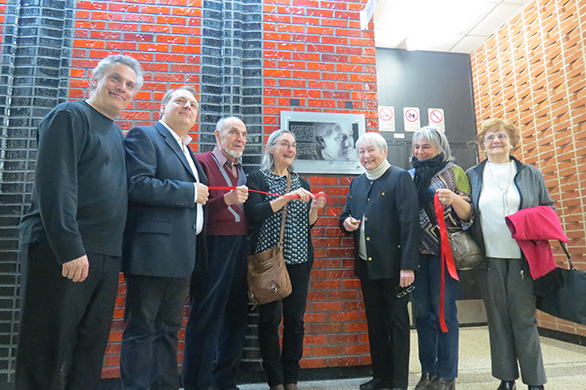 Depuis 47 ans, on ne trouvait qu'une petite plaque de bronze indiquant «Salle André Prévost». Maintenant, une plaque honorifique installée à l'entrée de la salle André Prévost résume son parcours.