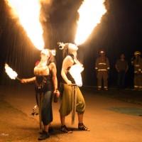 Photo : Diane Brault; Les Soeurs de Lune, duo composé de Lenny et Nadia qui ont allumé le traditionnel feu de la St-Jean.