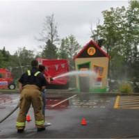 Photo : Jacinthe Laliberté L'activité « pompier du jour » a permis aux enfants de jouer au pompier, quelques instants,  sous le regard d'un vrai.