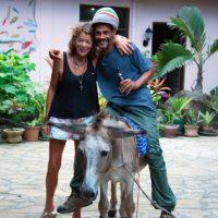 Annie Clift, avec un employé de l'hôtel, et Darius Donkey