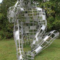 Bien postée à l'entrée du centre-ville de la municipalité de Sainte-Anne-des-Lacs, cette magnifique sculpture de Mathieu Isabelle nous laisse songeurs tout autant que son modèle. – photo Jacinthe Laliberté