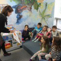 Les enfants, tous très captivés par l'illustration de l'écrivaine Roxane Turcotte, sont à la recherche de la rime allant avec le mot lapin… Avez-vous trouvé? – photo Jacinthe Laliberté