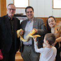 Une photo inédite, le député libéral David Graham et le candidat conservateur Serge Grégoire ont mis de côté la politique, l'instant d'une photo, pour partager avec les enfants leurs commentaires au sujet du serpent et de l'iguane.  – photo : Yves Briand