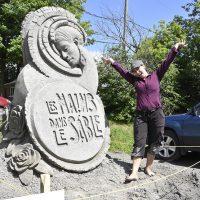 Melineige Beauregard devant sa sculpture – Photo : Luc Brousseau