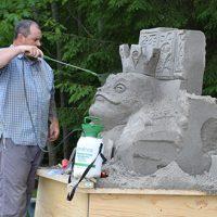 Marc Lepire vaporise la tête de son crapaud – Photo : Michel Fortier