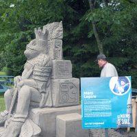 Une vue de la sculpture de Marc Lepire mettant en scène un roi crapaud sur un trône aztèque – Photo : Diane Brault