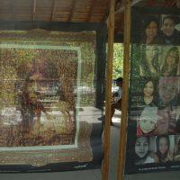 Les visiteurs sont conviés à l'extérieur. Des portraits sont exposés sur des toiles, au parc des amoureux, laissant la lumière de la rivière passer au travers.- Photo : Emma Guerrero Dufour
