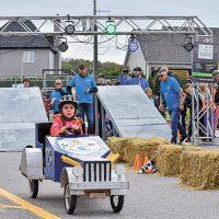Au premier plan, une participante, mais à l'arrière plan, portant des chandails bleus, les organisateurs et bénévoles qui font de cet événement un succès – Photo: Luc Brousseau
