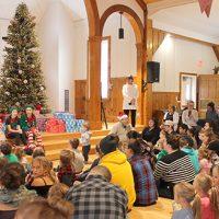 Le décompte était commencé. Et pourquoi ne pas chanter Petit papa Noël pour que l'illustre personnage puisse arriver plus rapidement? – Photo : Jacinthe Laliberté