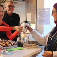 Le petit coin repos où l'on pouvait déguster un délicieux biscuit santé ainsi qu'un breuvage pour l'accompagner de la Cantine des Petits bonheurs. – Photo : Yves Briand